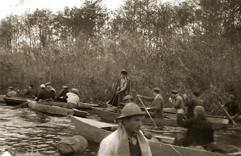 cacciatori sui barchini sul lago di Massacciuccoli